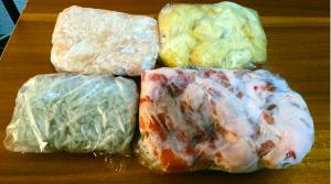 食材をラップして冷凍保存